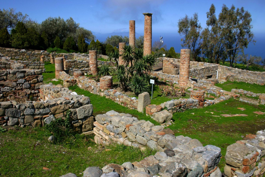 From the Roman Villa of Patti to the archaeological remains of the Greek town of Tyndaris